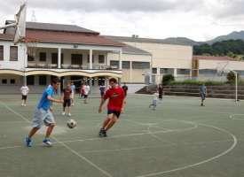 Футбол во дворе школы