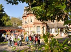 Escuela - Exterior con un jardín bonito